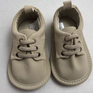 Gap putty color baby shoes 3-6 mo
